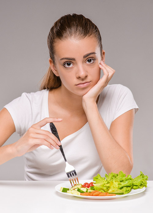 Ernährungsberatung in Hamburg - Frau isst Salat