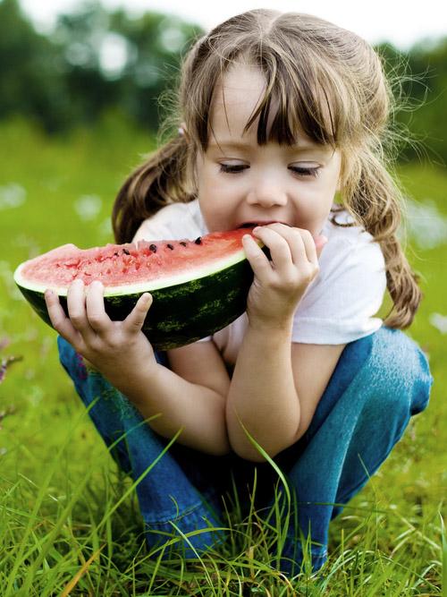 Ernährungsberatung in Hamburg - Kind isst Melone